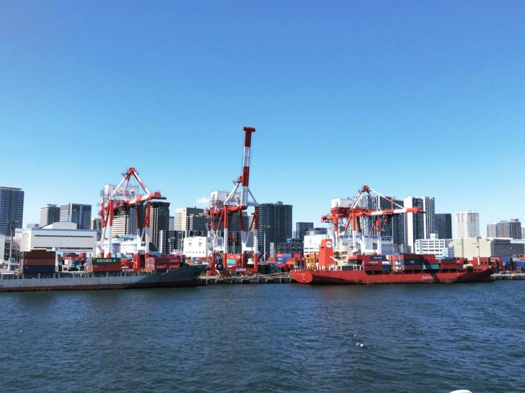 おがさわら丸から見る京浜工業地帯のガントリークレーン