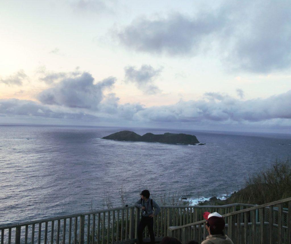 父島ウェザーステーション展望台から夕日を見る