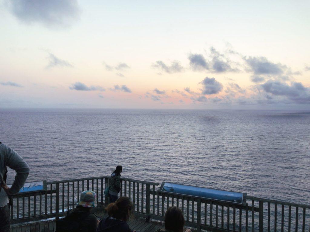 父島ウェザーステーション展望台は夕方たくさんの人で賑わう