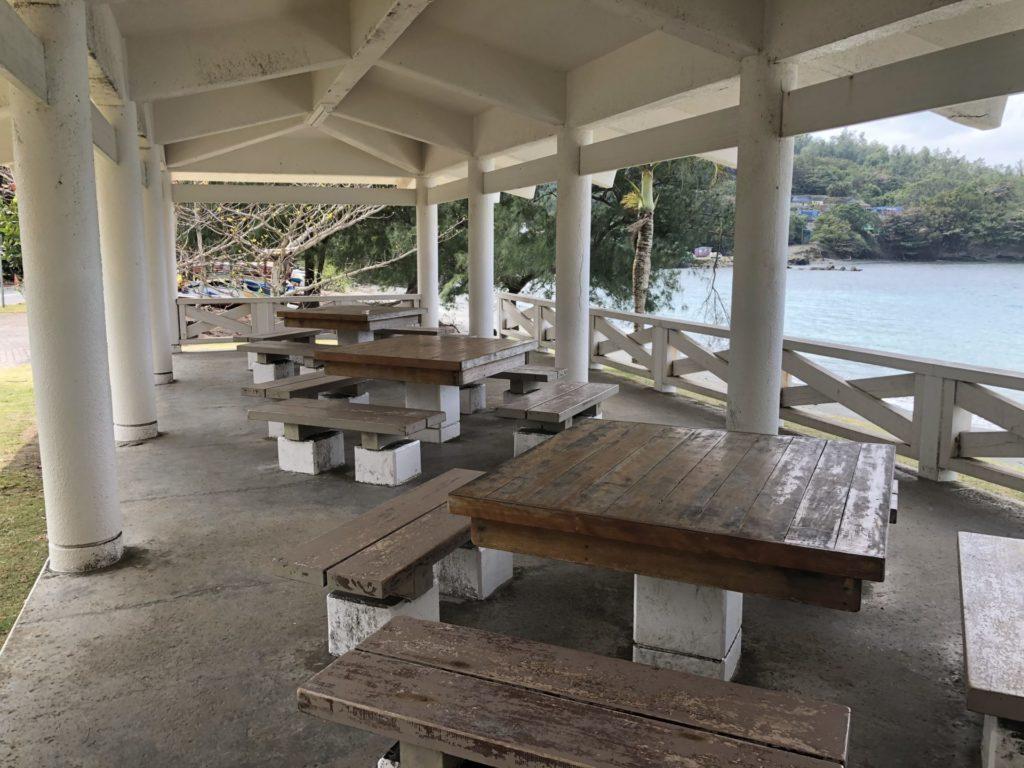 小笠原 父島 扇浦海岸 レストハウス 大きなテーブルとイス